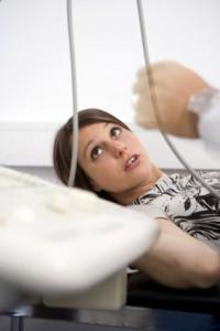 Der Patient liegt bei der Untersuchung meist auf einer Liege